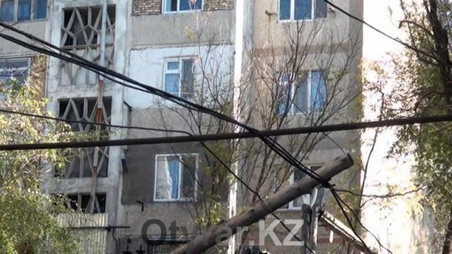 Оголенные провода под высоким напряжением приводят шымкентцев в ужас
