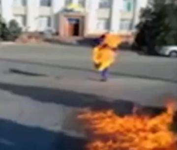 Житель Шымкента совершил самоподжог возле здания «Нур Отан» в Таразе