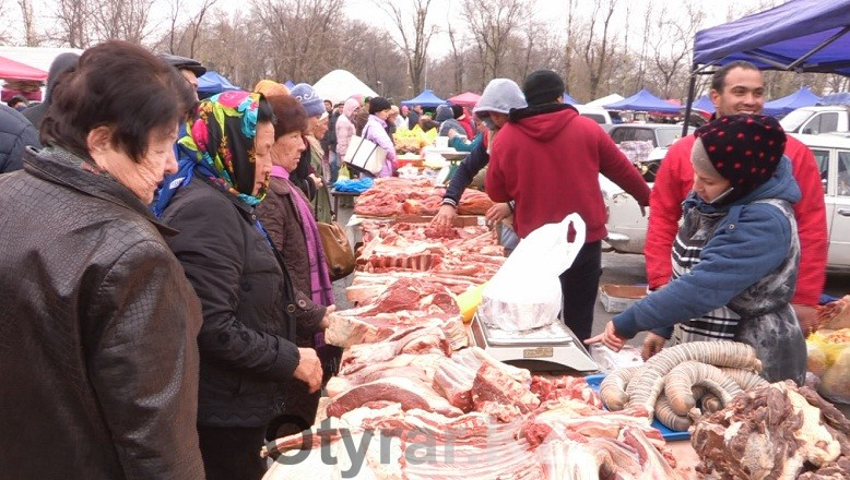 Субботняя ярмарка на стадионе Хаджимукана радует шымкентцев изобилием товара и доступными ценами