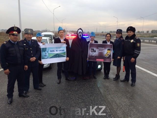 В рамках недели безопасности дорожного движения в Шымкенте прошла акция «Пристегни самое дорогое!»