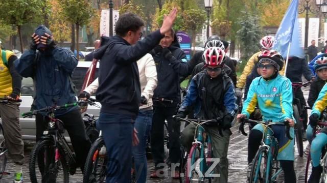Благотворительный велопробег состоялся в Шымкенте несмотря на дождь