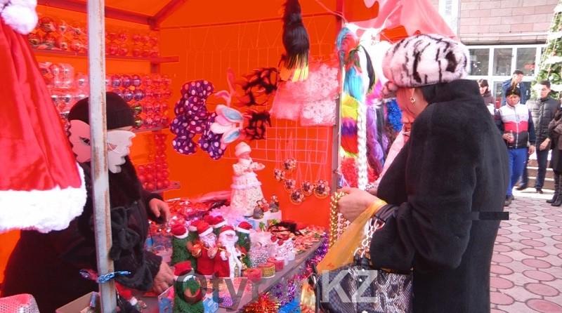 Приобрести елочные игрушки, гирлянды, новогодние украшения для дома и самих зеленых красавиц можно сразу в нескольких торговых точках города
