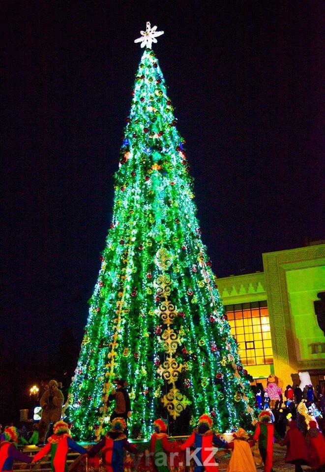 Новогодняя елка в Шымкенте перед драмтеатром на пл. Аль-Фараби