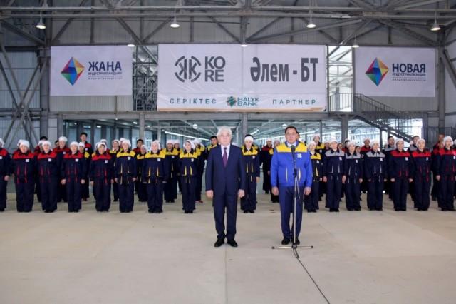 Нурсултан Назарбаев дал старт работе новой чулочно-носочной фабрике в ЮКО