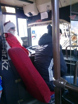 Автобус с Дедом Морозом за рулем появился на одном из маршрутов в Шымкенте