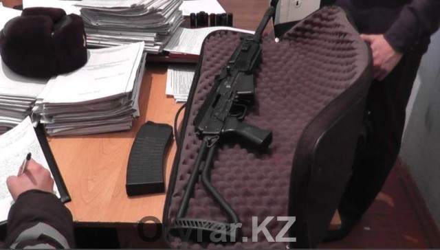 Молодых людей с винчестером 12 калибра задержали полицейские в Шымкенте