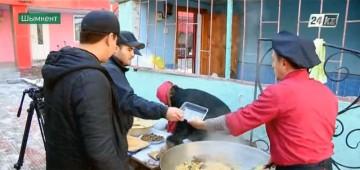 Молодожёны из Шымкента накормили горожан бесплатным пловом