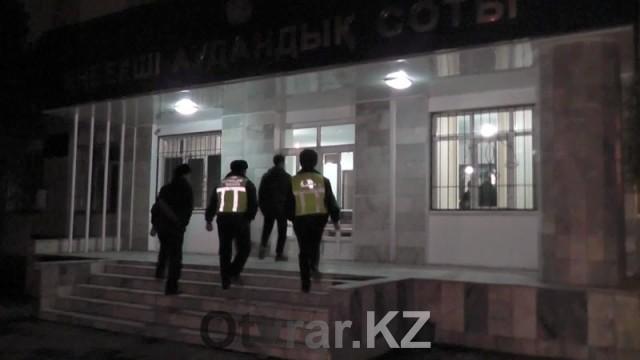 В Шымкенте молодой человек пытался силой проникнуть в здание суда