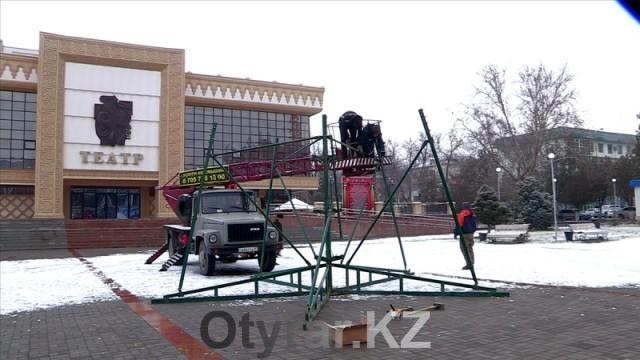 В Шымкенте устанавливают три новогодние красавицы