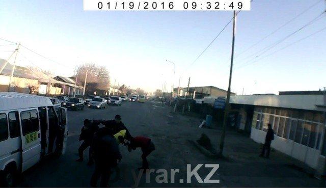 В Шымкенте водители и кондукторы подрались прямо на дороге
