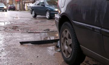 Из-за непогоды в Шымкенте начали уходить под землю дороги