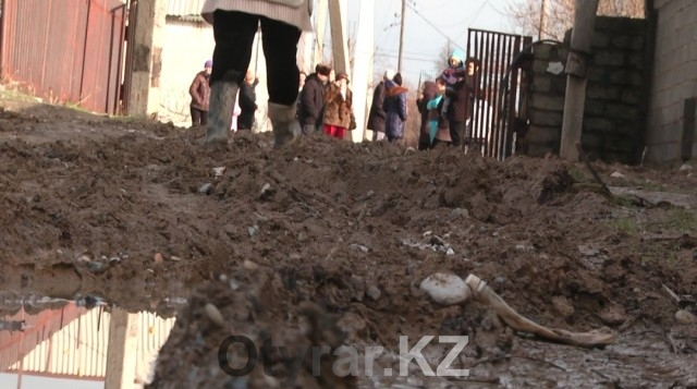 """Жители """"Кайнар-Булака"""" не могут решить проблему перекопанных дорог"""