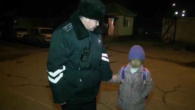 Сотрудники полиции разыскивают родителей потерявшейся в Шымкенте девочки