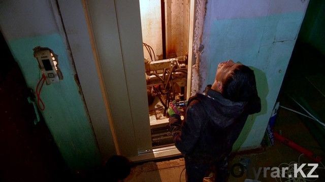 Шымкентцы получили новый лифт в подарок от акима города