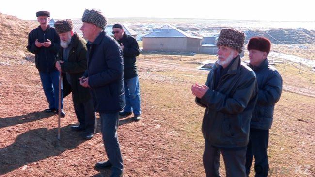 Посещение чеченского кладбища. На фото совершение коллективного Дуа (молитвы)