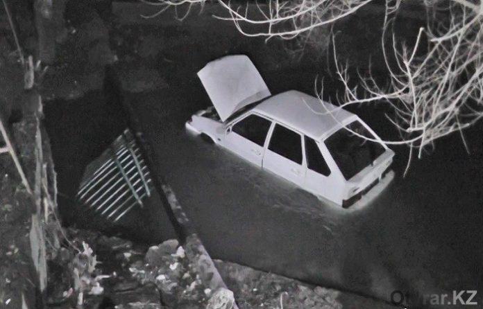 Машина упала на речку