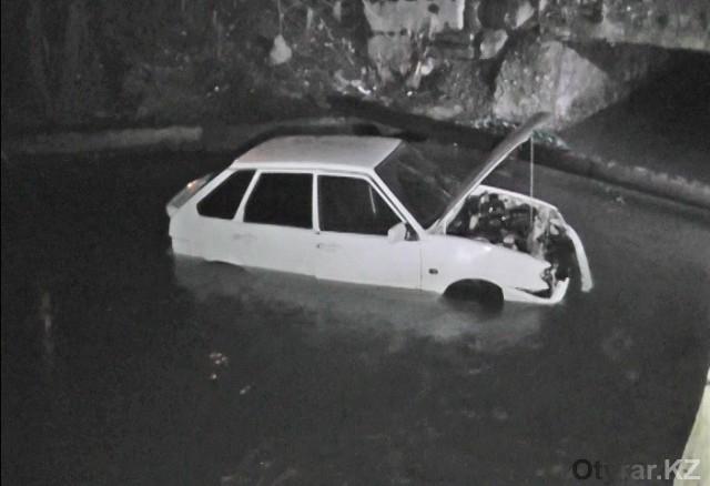 После ДТП автомобиль упал в реку