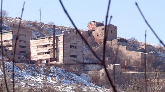 Многие жители села работают на заводе.