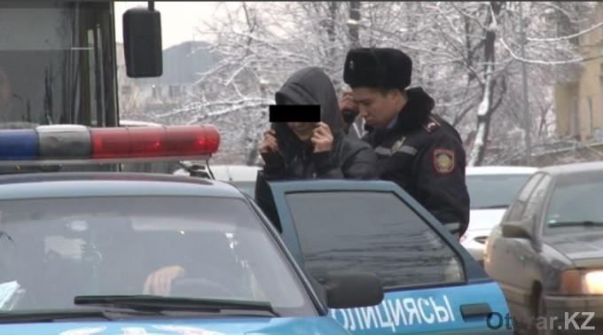 В Шымкенте молодая девушка задержана при попытке кражи джинсов