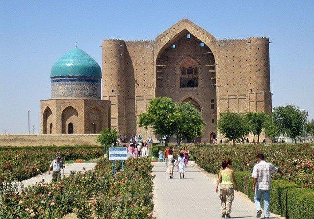 туристы и паломники в Туркестане