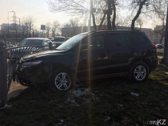 В Шымкенте в ДТП пострадали две автомашины и дорожное ограждение