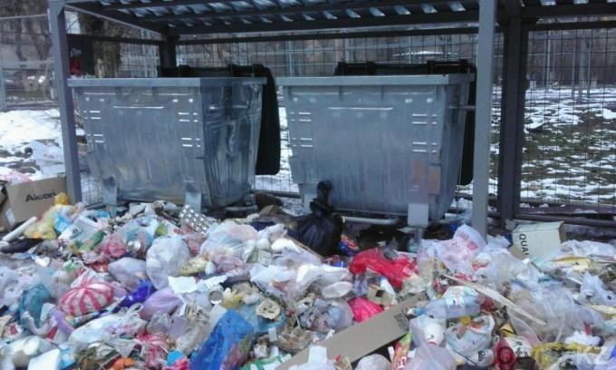 Новые контейнеры сияют чистотой, а вокруг...