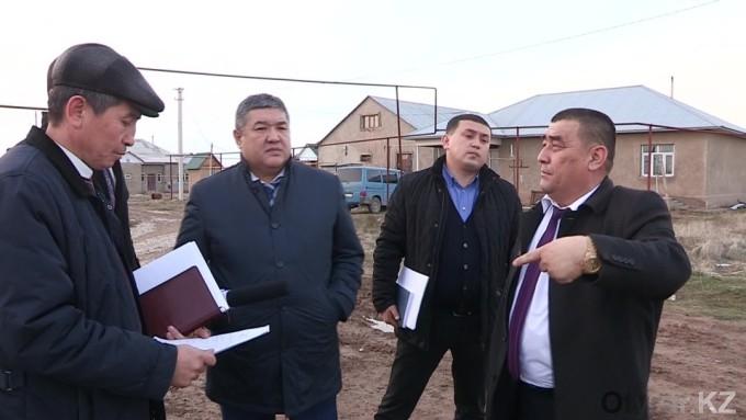 В Шымкенте аким района лично убедился в отсутствие дороги