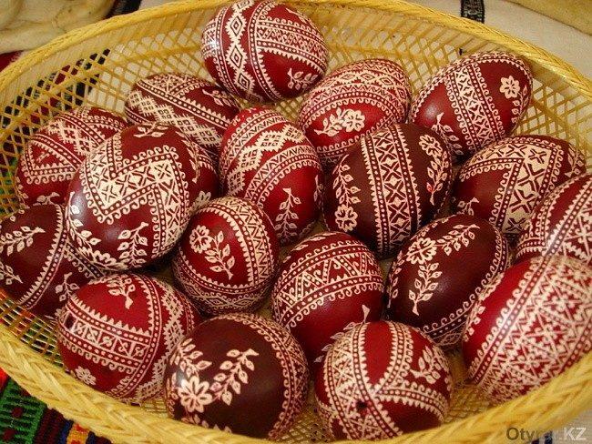 Красят яйца на Наурыз