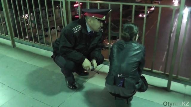 Полицейские долгое время разговаривали с молодой женщиной, после того, как остановили ее попытку