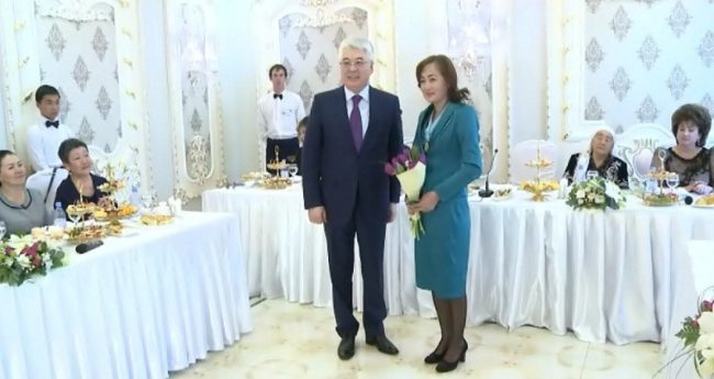 Бейбут Атамкулов поздравил женщин ЮКО с 8 марта