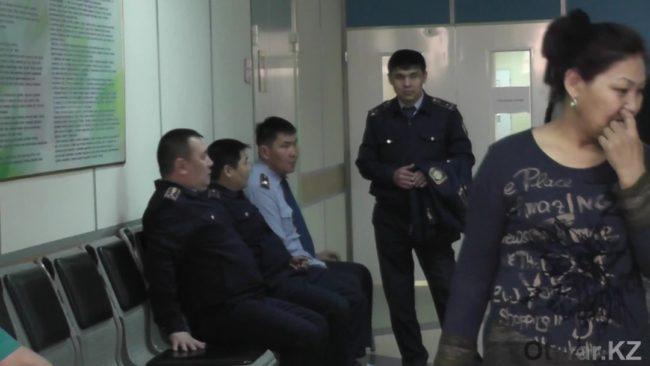 Местные полицейские в центре крови