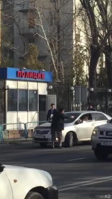 Мужчина, переходивший дорогу вместе с пострадавшей женщиной, остановил водителя-нарушителя