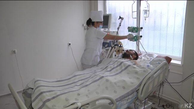 В Шымкенте врачи борются за жизнь мужчины, которого сбил полицейский автомобиль