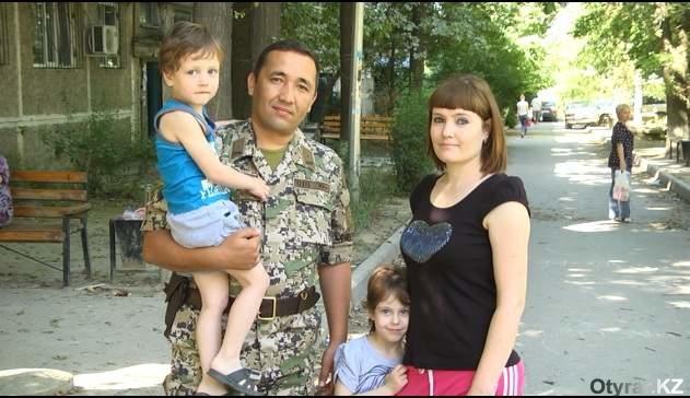 Максат со спасенными детьми и их мамой Ольгой