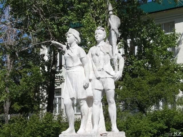 пионерский памятник