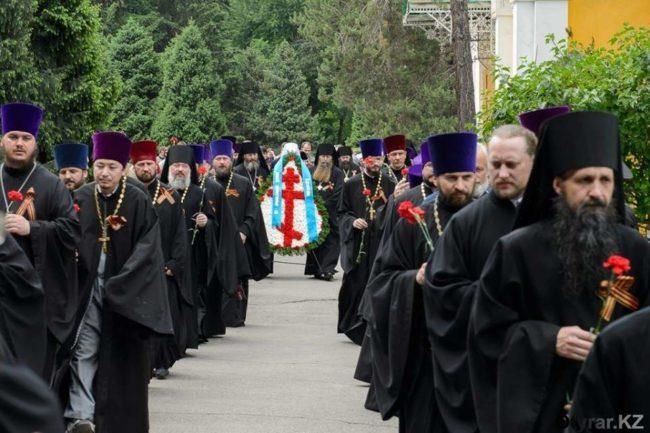 Священники возложили цветы