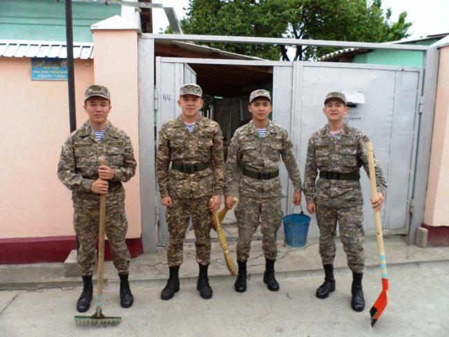 курсанты помогают ветерануну
