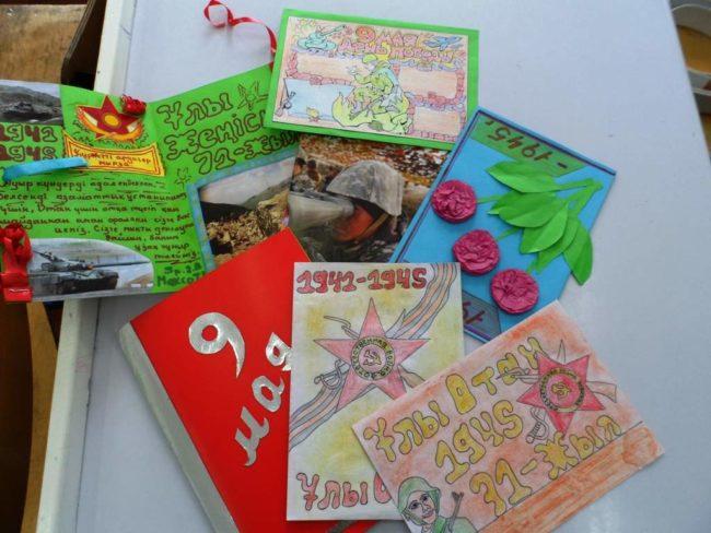 курсанты сами делают праздничные открытки
