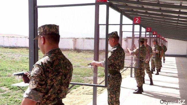 Военнослужащие на подготовке к стрельбищу