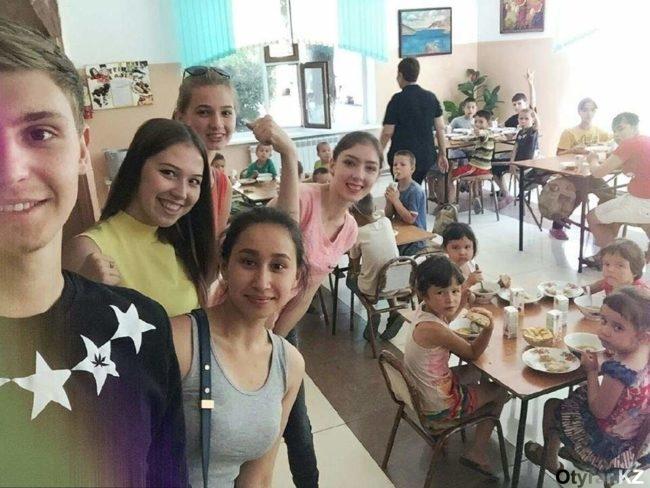 Шымкентские школьники потратили денежный приз на детей из приюта
