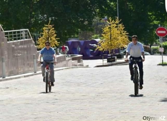 Аким Шымкента и заместитель акима на велосипедах