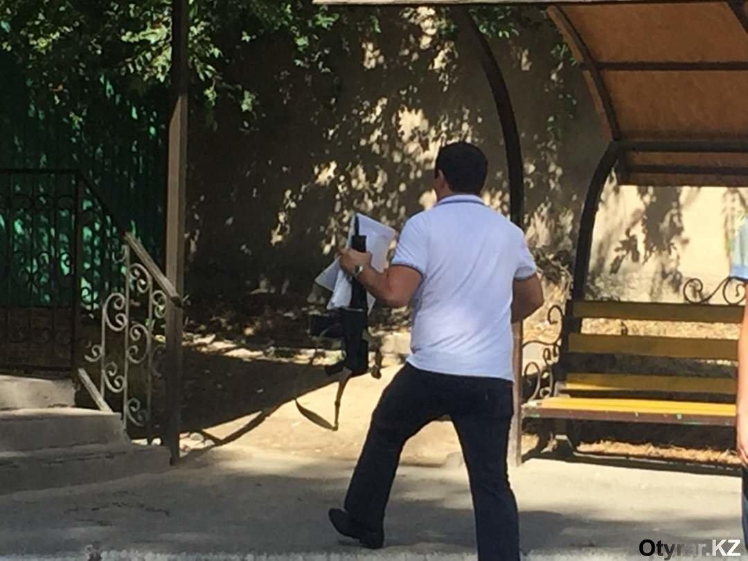 Полицейский с карабином Сайга 410К