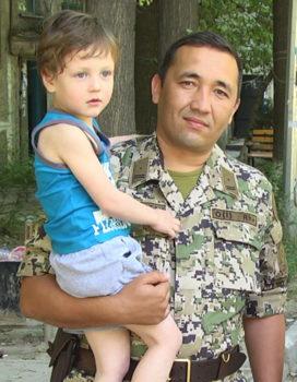 Максат Рысдавлетов и один из спасенных малышей
