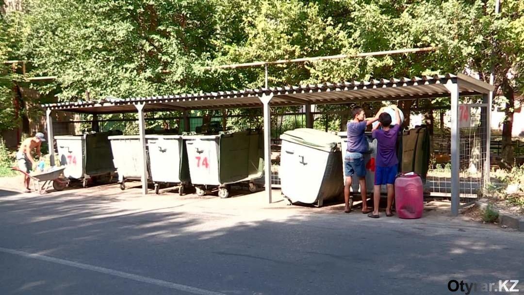 Сломанные мусорные контейнеры