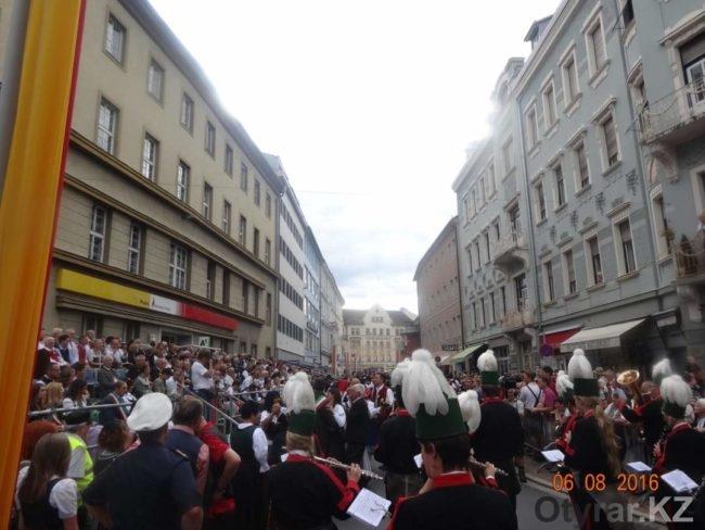 Австрия. Зрители на фольклорном фестивале