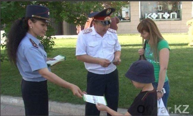 Полицейские раздают брошюры о ПДД