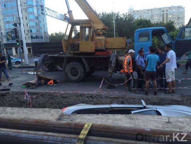 Авария на Кунаева-Гани Иляева. Кабриолет сбил рабочих
