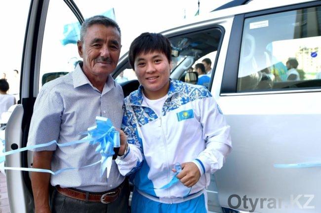 Аким ЮКО подарил Жазире Жаппаркул Land Cruiser 200