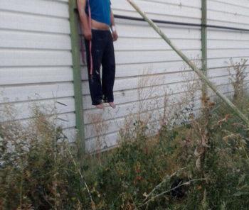 В Шымкенте обнаружили повешенного на заборе мужчину