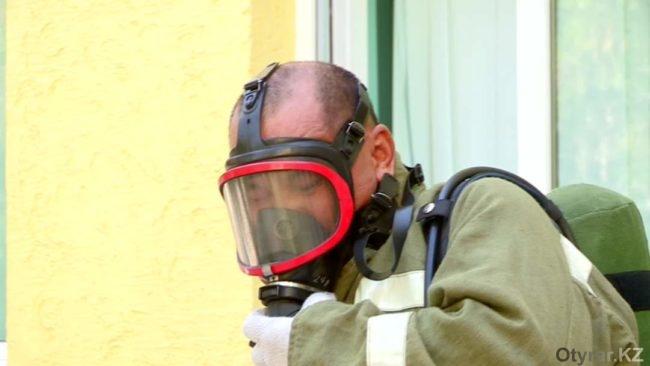 Пожарный в маске во время учений